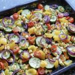 Buntes Ofengemüse mit Fetakäse und roten Zwiebeln